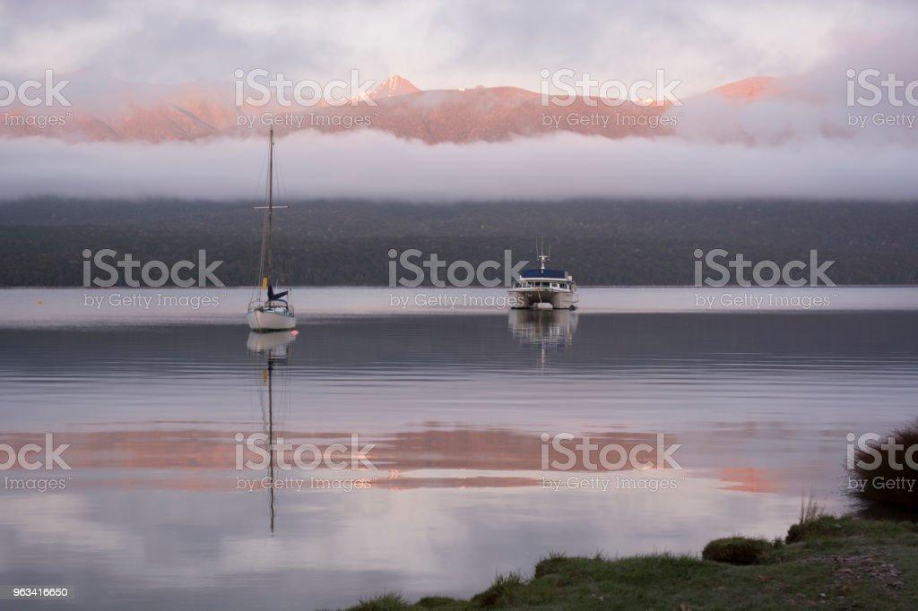 Une scène de matin tranquille sur le lac Te Anu, Île du Sud, Nouvelle-Zélande - Photo de Beauté de la nature libre de droits