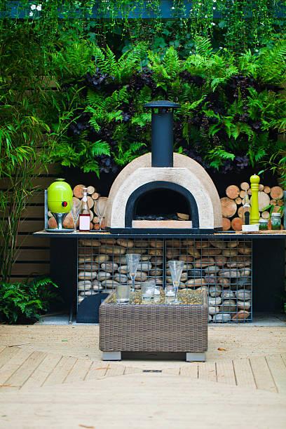 ruhigen garten - pizzaofen garten stock-fotos und bilder