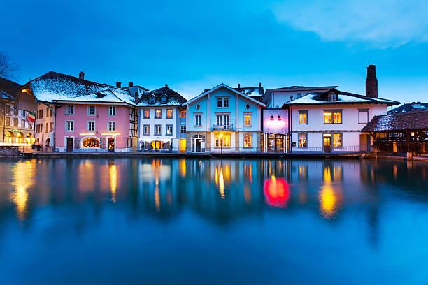 ruhige nacht in der schweiz - thun switzerland stock-fotos und bilder