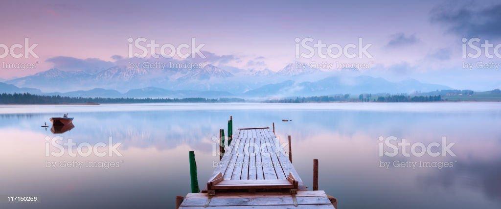 Ruhige Szene mit einem Boot am See lake inawashiro – Foto
