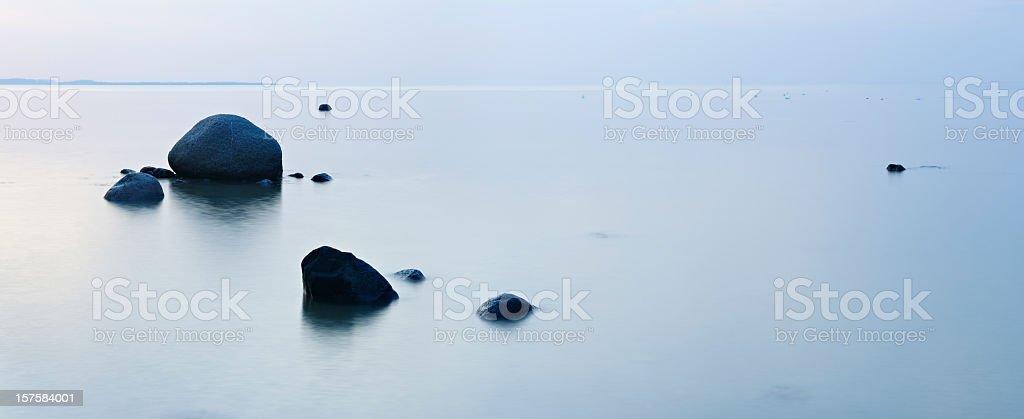 Ruhige Silver Meer mit riesigen Felsen in der Dämmerung – Foto