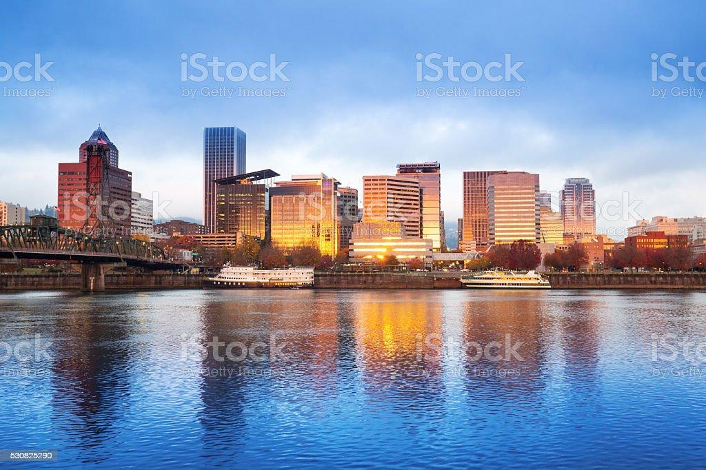 Ruhige Wasser, die Stadt und die skyline von portland im Sonnenaufgang – Foto