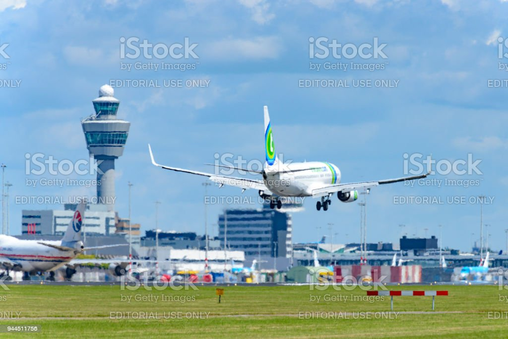 Transavia Boeing 737 airplane landing at Schiphol Airport - foto stock