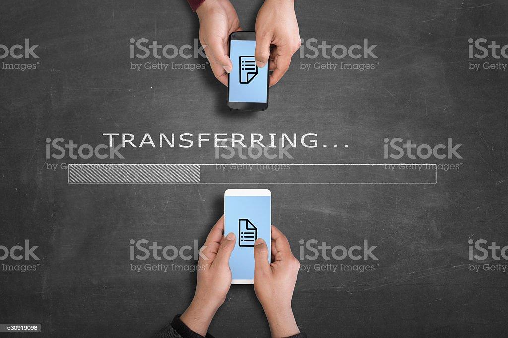 Übertragung von Daten von einem smartphone zu einem weiteren – Foto