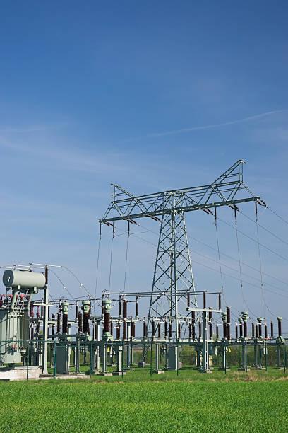 transformator station - maschendrahtzaun preis stock-fotos und bilder