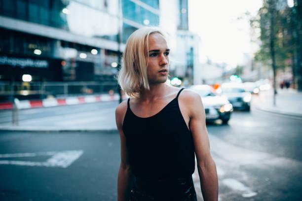 Transgender Mann mit Riemen und weibliche Kleidung – Foto
