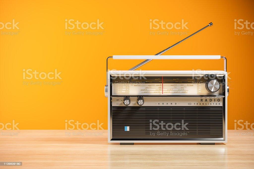 Transistor-Funkempfänger auf Holztisch im Innenraum 3d - Lizenzfrei Alt Stock-Foto