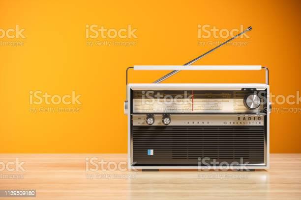 Transistorfunkempfänger Auf Holztisch Im Innenraum 3d Stockfoto und mehr Bilder von Alt
