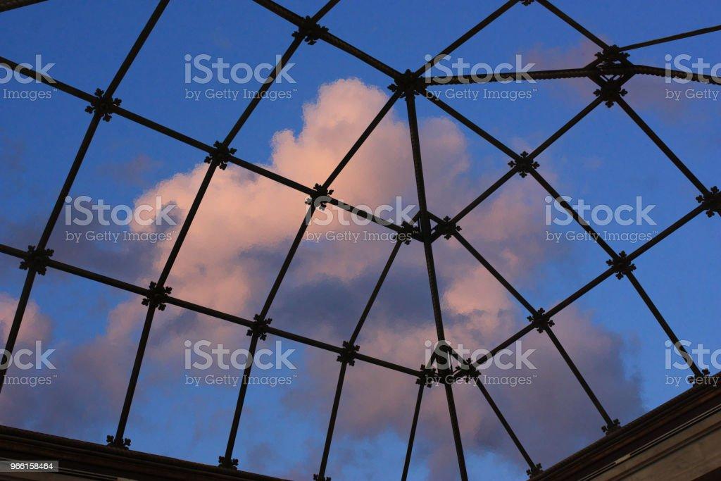 Genomskinligt glas eiling av en veranda inuti Visa - Royaltyfri Arkitektur Bildbanksbilder