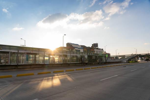 Transmilenio Bahnhof öffentliche Verkehrsmittel völlig leer im Abendlicht. – Foto