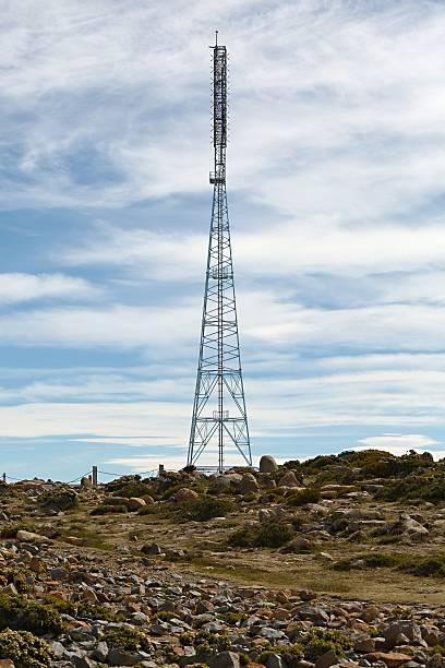 transmitter antenna tower - emissione radio televisiva foto e immagini stock