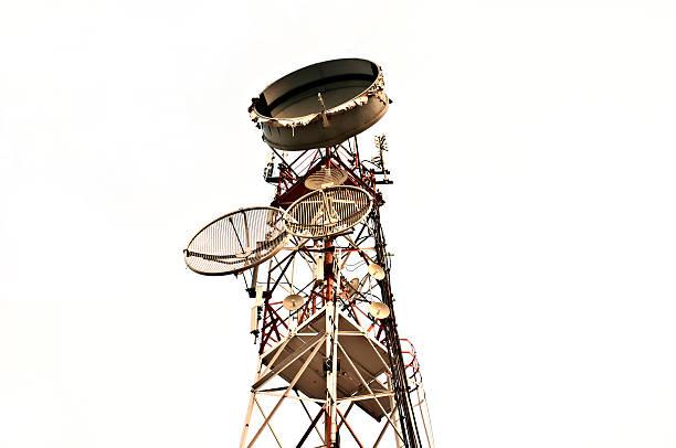torre con sfondo del trasmettitore - emissione radio televisiva foto e immagini stock