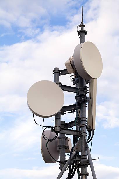 torre dell'antenna radio - emissione radio televisiva foto e immagini stock