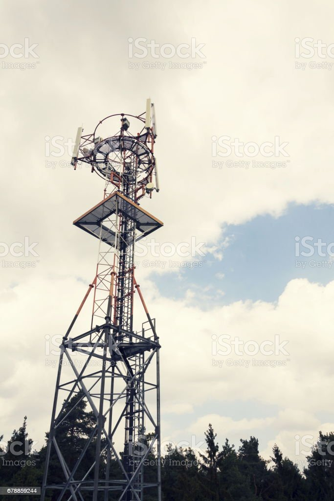 Transmitters and aerials on telecommunication tower photo libre de droits