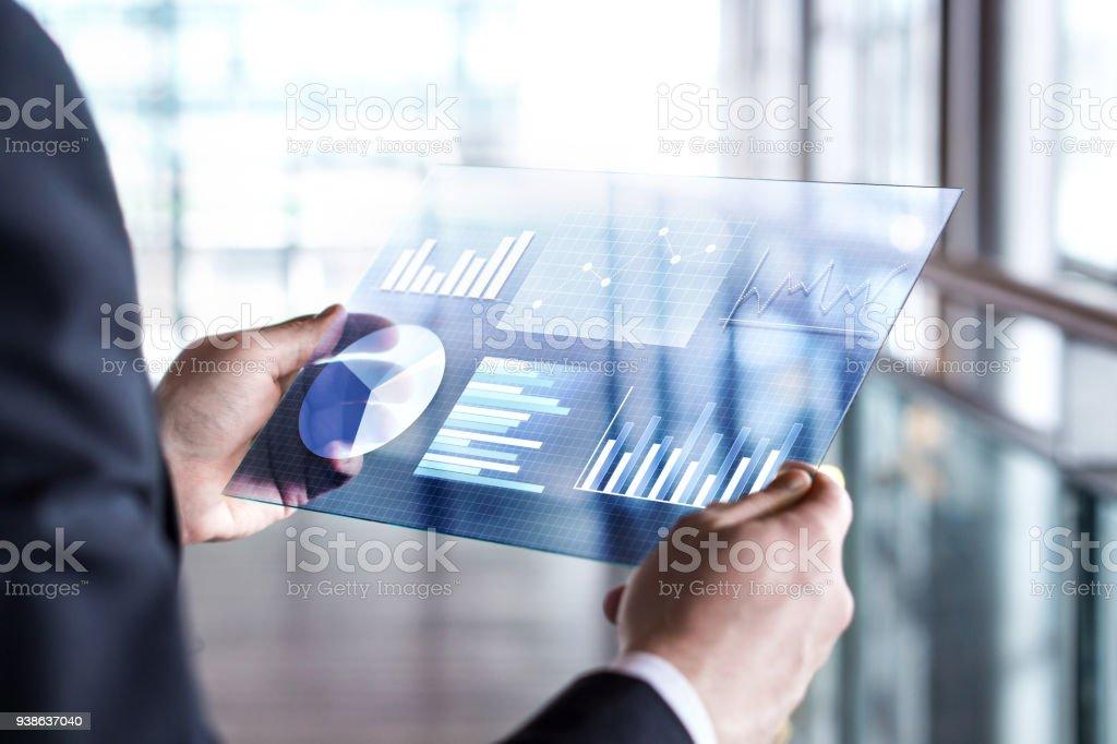 Tableta futurista transparente. Hombre de negocios usando virtual pantalla táctil. Moderna tecnología móvil en contabilidad, finanzas, datos y análisis. - foto de stock