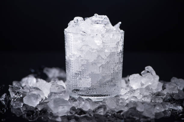 검은 색에 고립 된 깨진 얼음으로 채워진 투명 유리 - 얼음 조각 뉴스 사진 이미지