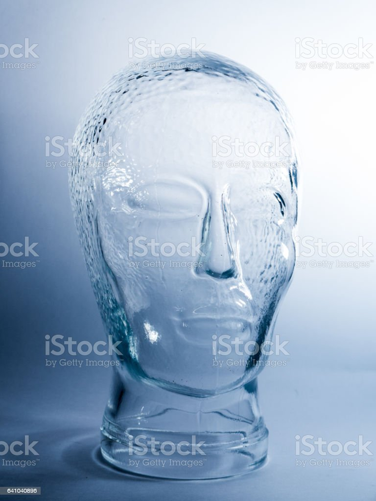Transparente Glaskopf auf weißen und blauen Hintergrund – Foto