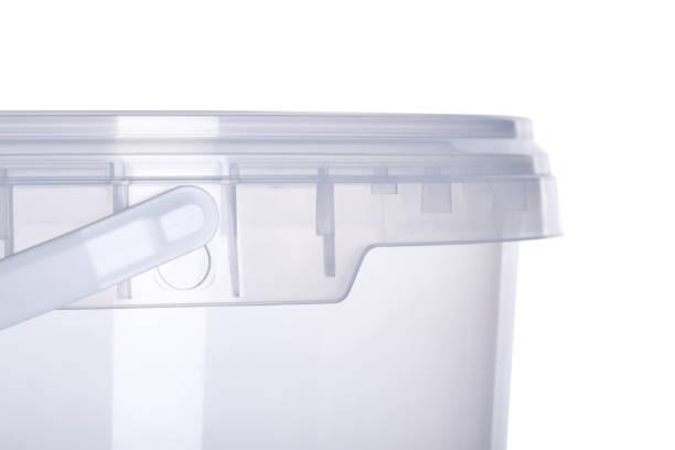 transparente kunststoff-eimer mit transparentem deckel, kunststoff-behälter auf weißem hintergrund, essen kunststoffbox isoliert auf weiss, produktverpackungen für lebensmittel oder lacke, klebstoffe, dichtstoffe, primer - topfdeckel speicher stock-fotos und bilder