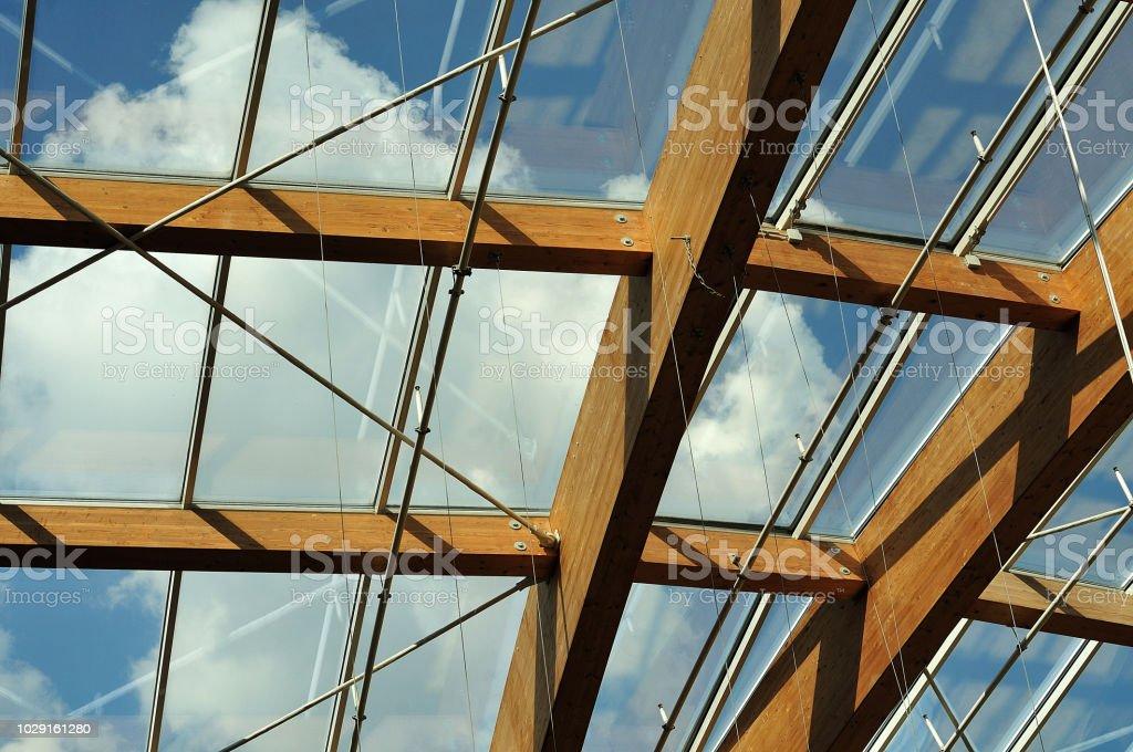 transparentes Dach mit gewölbten Brettschichtholz Balken – Foto