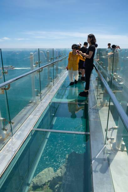 transparente skywalk, oryukdo inseln zu sehen - hohe warte stock-fotos und bilder