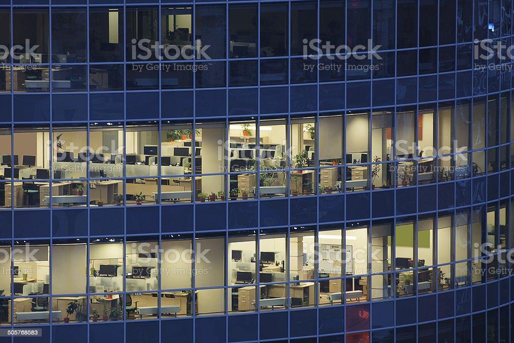 Transparent de grandes fenêtres, d'un centre d'affaires avec de nombreux bureaux d'entreprises photo libre de droits