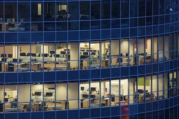 Transparent de grandes fenêtres, d'un centre d'affaires avec de nombreux bureaux d'entreprises - Photo