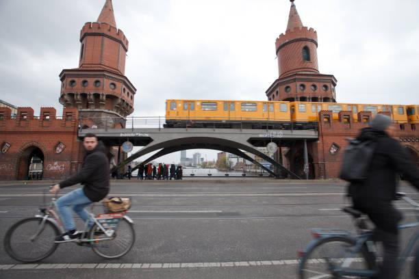 transport an der oberbaumbrücke - oberbaumbrücke stock-fotos und bilder