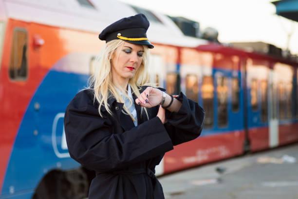transport conductor checking time - konduktor pociągu zdjęcia i obrazy z banku zdjęć