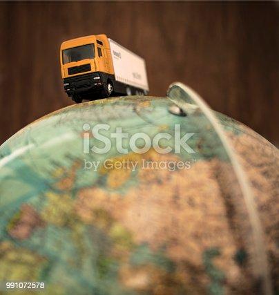 LKW fährt auf Globus