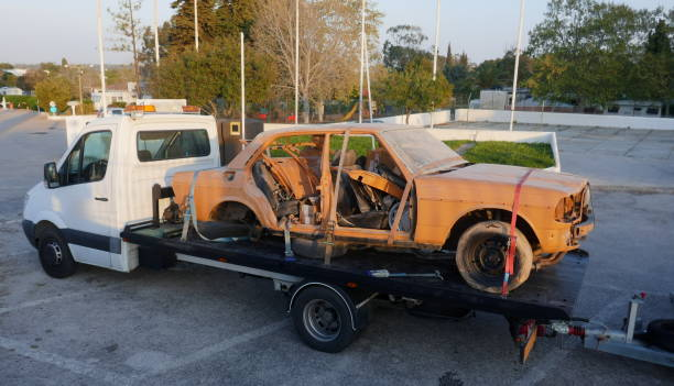 transport of an old, broken, rusty car for the purpose of restoration and repair. - obsoleto foto e immagini stock