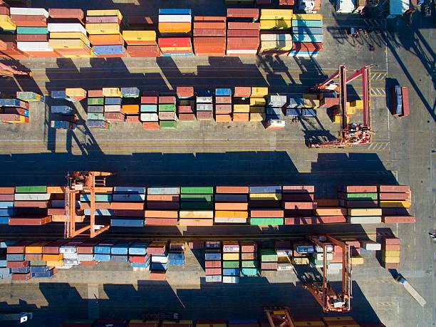 O transporte de mercadorias com recipientes - foto de acervo