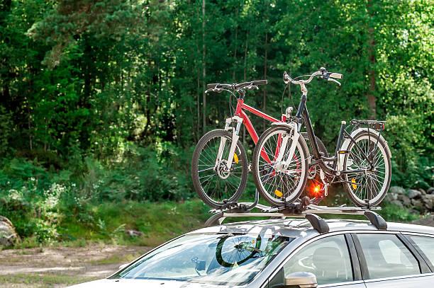 transport von fahrrädern auf dem dach des auto - fahrradhalter stock-fotos und bilder