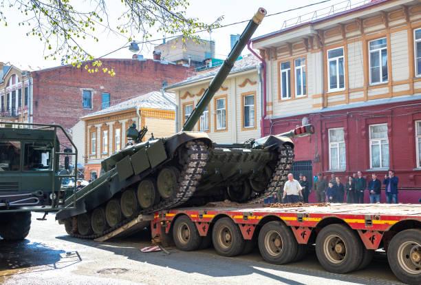 Transport des Schwerlasttanks T-72B3 auf einer Frachtplattform – Foto