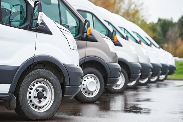 Transport-service Unternehmen. kommerzielle Kollektion Transporter in Zeile – Foto