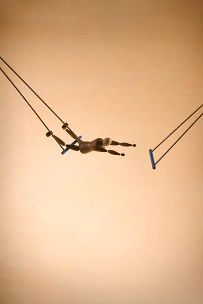 ausgestelltes acrobat - trapez stock-fotos und bilder