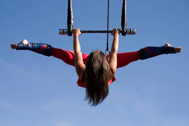 trapezkünstler - trapez stock-fotos und bilder