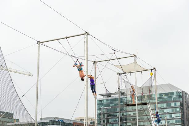 trapezkünstler training draußen im park - trapez stock-fotos und bilder