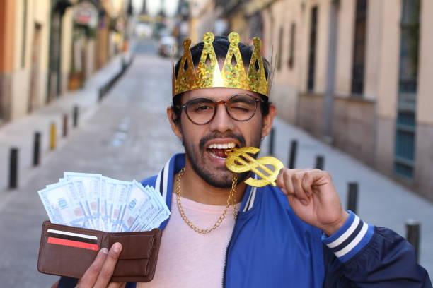 trashy mann beißt das dollar-zeichen - goldgefüllte kette stock-fotos und bilder