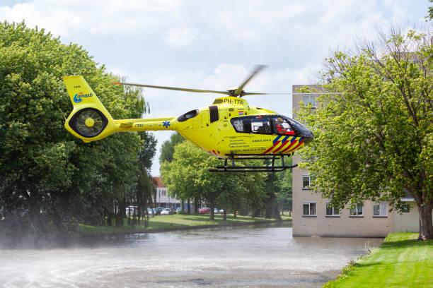 Trauma helikopter landing in een woonwijk foto