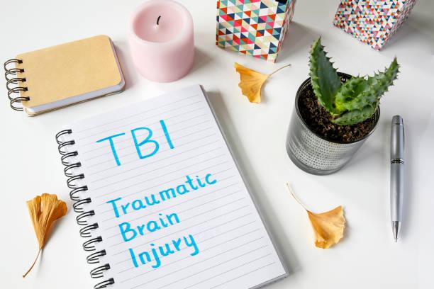 tbi traumatischen hirnverletzung im notizbuch geschrieben - arzt zitate stock-fotos und bilder