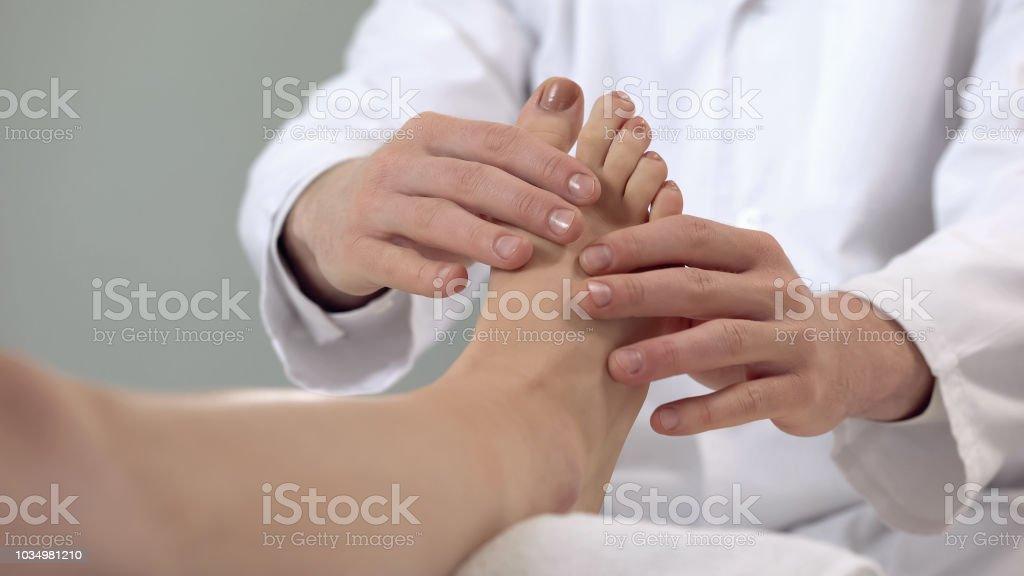 Traumatologe untersuchen Patienten Fuß, Reha-Verfahren, Bein Fraktur – Foto