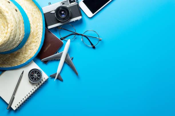 Accesorios de viaje con espacio de copia sobre fondo azul - foto de stock