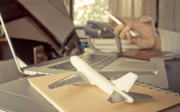 Agencia de viajes en teléfono de mesa de trabajo de oficina - foto de stock