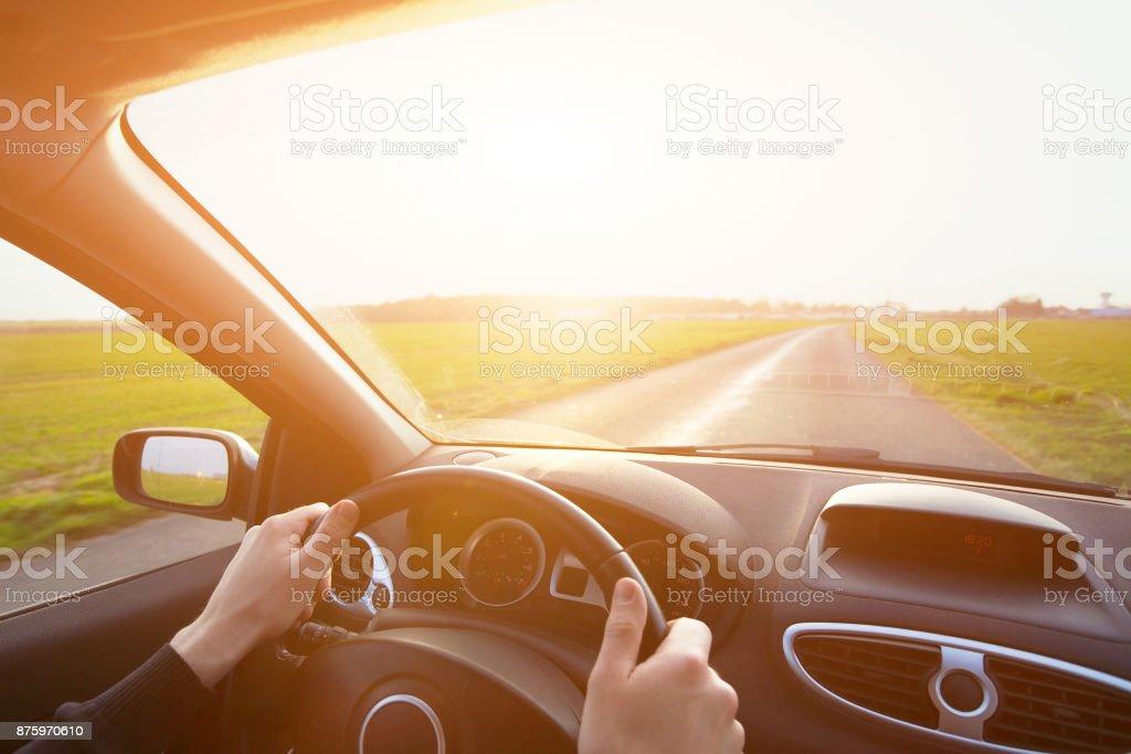 Reisen Sie mit dem Auto, Hände der Fahrer am Lenkrad – Foto
