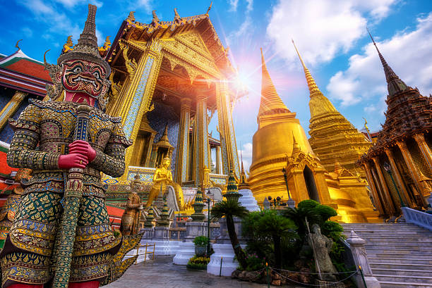 travel concept, giant statue at temple wat pra kaew - thailandese foto e immagini stock