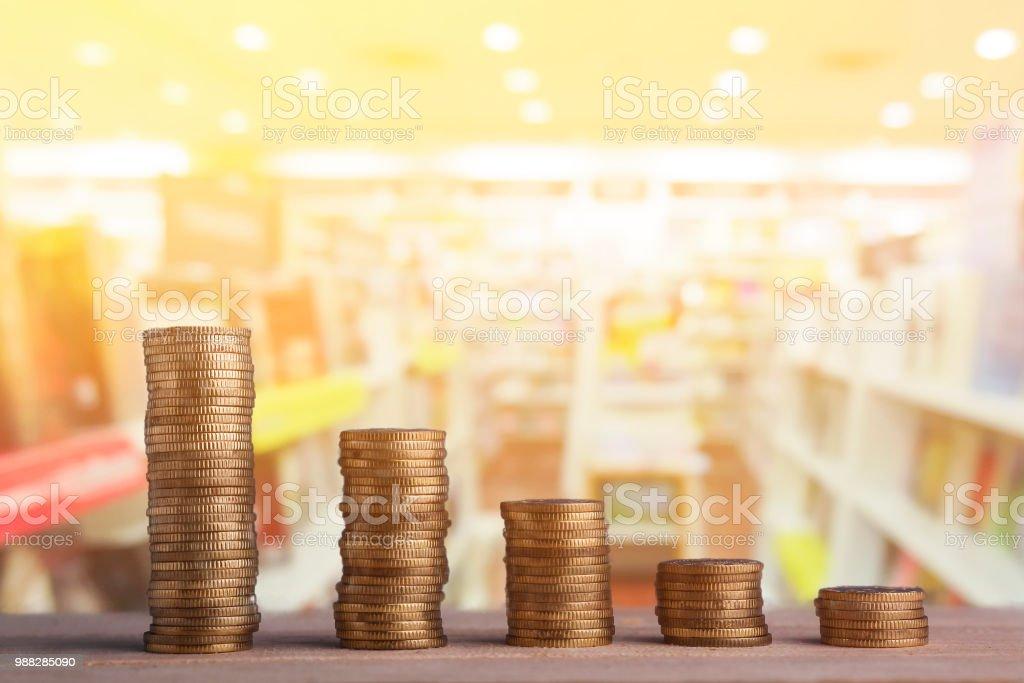 Reisekonzept: Goldmünze auf Buchhandlung Hintergrund gestapelt. – Foto