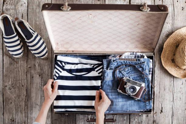 reisekonzept auf holztisch - gepäck verpackung stock-fotos und bilder