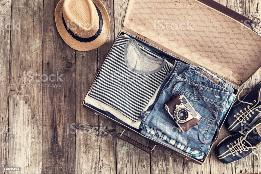 Concepto de viaje en mesa de madera foto de stock libre de derechos