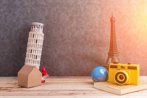 travel concept souvenir with travel stuff - skulpturprojekte stock-fotos und bilder