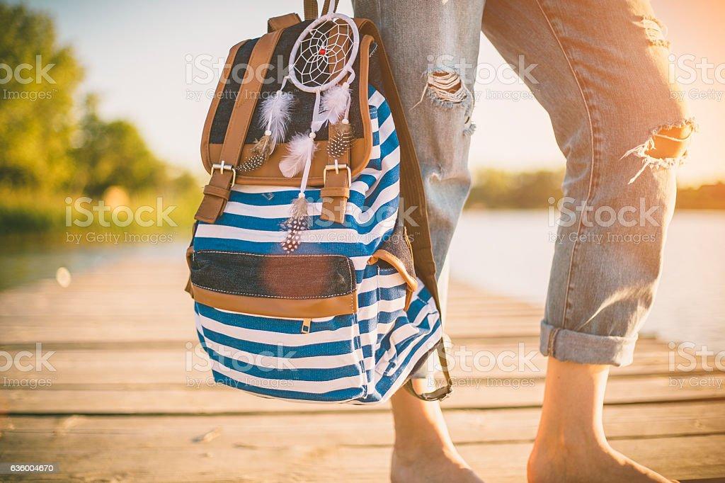 Travel concept. Femme avec un sac à dos en plein air. - Photo